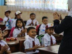 "Pemkab Karawang : ""Kami minta pihak sekolah tidak asal memungut biaya kepada orang tua siswa seperti pembelian buku LKS"""